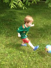 Lapsi pelaa palloa