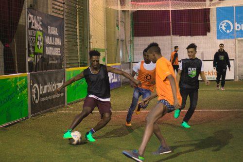 Poikia pelaamassa jalkapalloa.